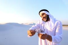 L'homme d'affaires masculin musulman parle au téléphone et partage des actualités avec des élém. Photographie stock libre de droits