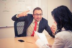 L'homme d'affaires menace au collègue féminin Photo libre de droits