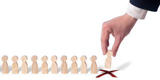 L'homme d'affaires met des dominos dans une rangée Le concept de la sélection du personnel et de la gestion dans l'équipe Renvoi  photo libre de droits