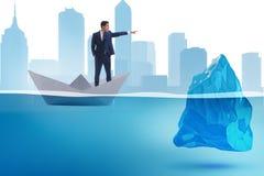 L'homme d'affaires montrant des directions pour éviter des problèmes comme iceberg Image libre de droits