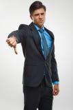 L'homme d'affaires montrant des pouces se connectent vers le bas le fond blanc Photos libres de droits