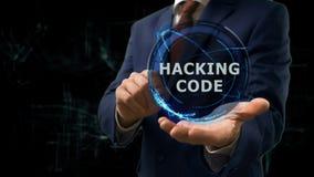 L'homme d'affaires montre l'hologramme de concept entaillant le code sur sa main photos libres de droits