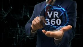 L'homme d'affaires montre l'hologramme de concept VR 360 sur sa main
