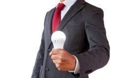 L'homme d'affaires obtiennent la lumière d'ampoule d'idées en main Image stock