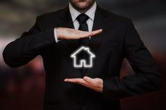 L'homme d'affaires offre un concept de nouvelle maison images libres de droits