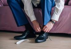 L'homme d'affaires ou le marié porte des chaussures Image stock