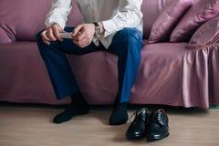 L'homme d'affaires ou le marié porte des chaussures images stock