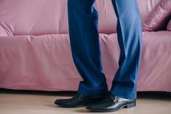 L'homme d'affaires ou le marié porte des chaussures image libre de droits