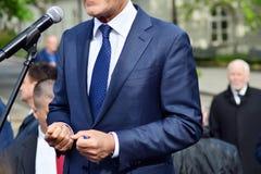 L'homme d'affaires ou le politicien donne un discours photos libres de droits