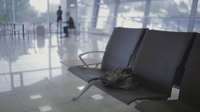 L'homme d'affaires oublie la veste dans le hall d'aéroport à l'aéroport banque de vidéos