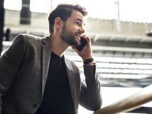 L'homme d'affaires parle au téléphone photographie stock libre de droits