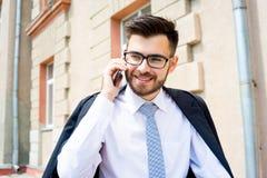 L'homme d'affaires parle au téléphone Image stock