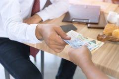 L'homme d'affaires a payé l'argent de la Corée d'argent au bureau de café Photographie stock libre de droits