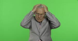 L'homme d'affaires plus âgé dans le costume souffrent par problème de douleur de mal de tête Vieil homme sup?rieur banque de vidéos