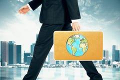 L'homme d'affaires porte une valise avec la copie de la terre au dos de ville Photo libre de droits