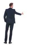 L'homme d'affaires pousse le bouton fictif Image stock