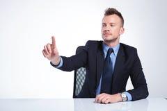 L'homme d'affaires pousse le bouton imaginaire images stock