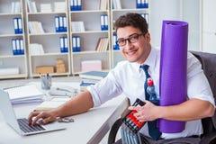L'homme d'affaires préparant pour aller s'exercer dans le gymnase photo stock