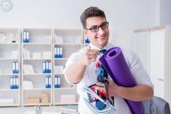 L'homme d'affaires préparant pour aller s'exercer dans le gymnase Photo libre de droits