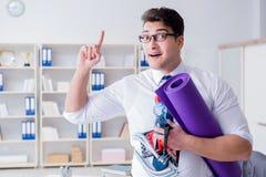 L'homme d'affaires préparant pour aller s'exercer dans le gymnase Images libres de droits