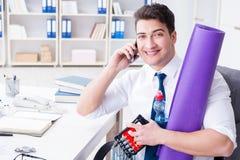 L'homme d'affaires préparant pour aller s'exercer dans le gymnase Photos libres de droits