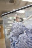 L'homme d'affaires préparant pour jeter le papier dans la poubelle de vieux papiers, se ferment sur la poubelle de vieux papiers Photos stock