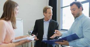 L'homme d'affaires présent à patron le rapport financier avec des résultats positifs, hommes d'affaires groupent discuter des doc banque de vidéos