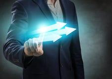 L'homme d'affaires présente trois flèches utiles Photographie stock libre de droits