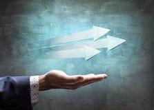 L'homme d'affaires présente trois flèches utiles Images stock