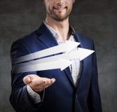 L'homme d'affaires présente trois flèches utiles Image libre de droits