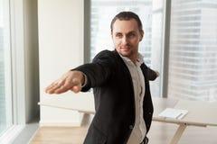 L'homme d'affaires pratique le yoga dans le bureau pour le bien-être Image libre de droits