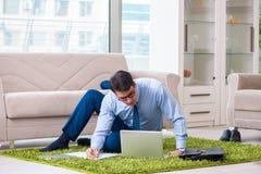 L'homme d'affaires prenant la maison de travail et travaillant des heures supplémentaires image stock