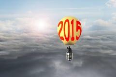 L'homme d'affaires prennent à 2015 le ballon à air chaud en forme d'ampoule avec la lumière du soleil Photo stock