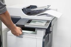 L'homme d'affaires prennent des documents d'entreprise d'imprimante Photos stock