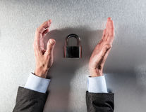 L'homme d'affaires protecteur remet la protection des données et la sécurité d'entreprise de interrogation Photographie stock libre de droits
