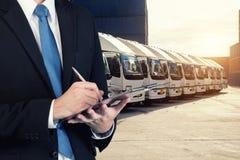 L'homme d'affaires réserve avec la cargaison brouillée, port de transport Photographie stock