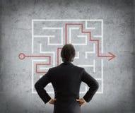 L'homme d'affaires résout le labyrinthe compliqué images stock