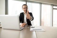 L'homme d'affaires réussi affichant des pouces lèvent le geste Photos libres de droits