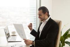L'homme d'affaires réussi apprécie la société se développent rapidement Image libre de droits