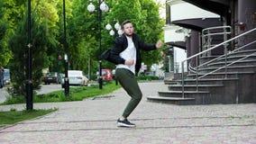 L'homme d'affaires réussi est très heureux des émotions et de la danse de victoire, de gain, folles clips vidéos