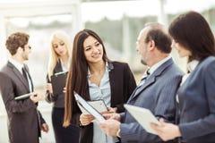L'homme d'affaires réussi et les affaires team discutant des documents d'entreprise se tenant dans le lobby du bureau Images libres de droits