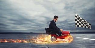 L'homme d'affaires rapide avec une voiture gagne contre les concurrents Concept de réussite et de concurrence Photographie stock