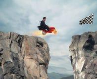 L'homme d'affaires rapide avec une voiture gagne contre les concurrents Concept de réussite et de concurrence Photos libres de droits
