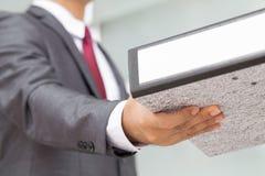 L'homme d'affaires reçoivent des fichiers document Photo stock