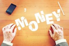 L'homme d'affaires recueille l'argent de mot comme ensemble de puzzles Image libre de droits