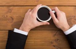 L'homme d'affaires remet à pause-café le plan rapproché de vue supérieure Photo stock