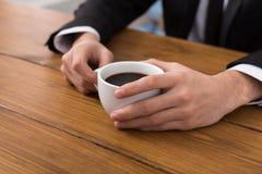 L'homme d'affaires remet le plan rapproché de pause-café Image libre de droits