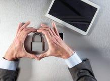 L'homme d'affaires remet montrer le symbole de noyau de la sécurité professionnelle, foi de données images stock
