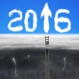 L'homme d'affaires s'élevant sur l'échelle en bois pour le signe 2016 de flèche opacifie Photographie stock libre de droits