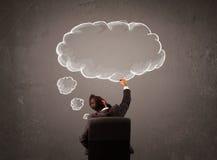 L'homme d'affaires s'asseyant avec le nuage a pensé au-dessus de sa tête Photos stock
